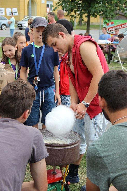 Před žďárskou poliklinikou byla k vidění řada zajímavých exponátů. Pomocí solární paraboly se dělal popcorn, světelná energie byla využita i při výrobě cukrové vaty. Zájemci mohli vyzkoušet také pokusy s magnety nebo si prohlédnout roadster Kaipan.
