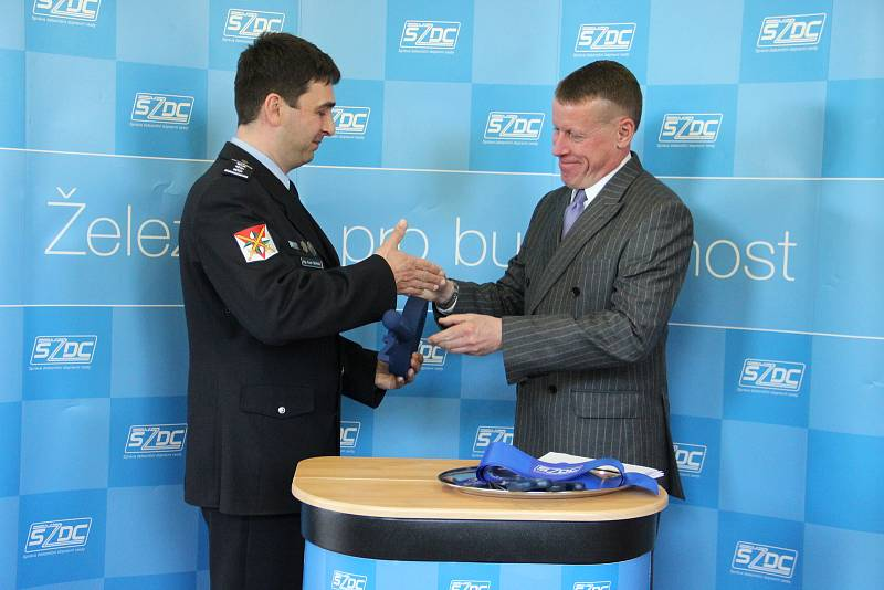 Slavnostního předání nových prostor se zúčastnil mimo jiné Tomáš Drmola, náměstek generálního ředitele SŽDC pro správu majetku (vpravo) a Karel Sehnal, náměstek ředitele Krajského ředitelství policie Kraje Vysočina pro vnější službu (vlevo).
