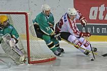Hokejisté Žďáru (ve světlém Svatopluk Kopeček) si postup do druhé ligy zajistili dvěma těsnými domácími výhrami. Závěrečný duel v Bílině tak už bude pouhou formalitou.