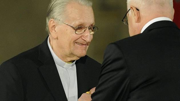 Páter František Fráňa (vlevo) převzal 28. října při slavnostním ceremoniálu na Pražském hradě u příležitosti 92. výročí založení samostatného Československa z rukou prezidenta Václava Klause Medaili za zásluhy o stát v oblasti výchovy a školství.