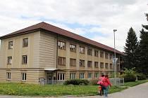 Žďárští radní jednají s krajským úřadem  o umístění domova pro seniory do volného objektu po praktické škole v Komenského ulici.