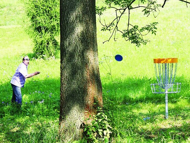 V Kunšovci ve Velkém Meziříčí se hraje discgolf. Cílem je dostat frisbee do koše.