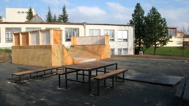 Hřiště je vybudováno, ale na zajištění pořádku v této lokalitě se stále ještě čeká. Radnice uvažuje i o umístění webové kamery, která by skateboardové hřiště neustále monitorovala. Tím by se dalo předejít i dalším kouskům nenechavých vandalů.