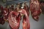 Čtrnáct dnů zraje maso v půlích. Pak jsou vybourány jednotlivé partie, které se pak dál zpracovávají - staří.