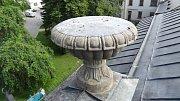 Pravou z dvojice váz umístěných na průčelí novoměstského zámku, kde sídlí Horácká galerie, bylo nutné kvůli jejímu stavu nahradit kopií.