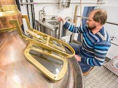 Vladimír Vecheta kontroluje, jak zraje novinka čokoládové velikonoční pivo.