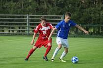 Fotbalisté Nové Vsi (v modrém dresu Ondřej Starý) doma v neděli nečekaně podlehli Třebíči 0:1.