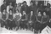Dělníci Výrobního družstva DŘEVO Měřín v roce 1964 (židličkárna).