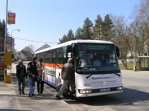 Autobus na Svratku, který vyjíždí ze Žďáru ve čtvrt na dvanáct, bude mimo jiné od pondělka do středy jezdit po objízdné trase přes Sněžné.