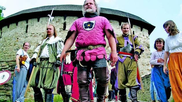 Pernštejn obsadí při Slavnostech Pernštejnského panství šermíři, kejklíři i řemeslníci.
