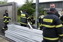 """Na stavění takových stěn pracovali hasiči z Nového Města a ze žďárského """"zámeckého"""" sboru skoro dvacet hodin nepřetržitě."""