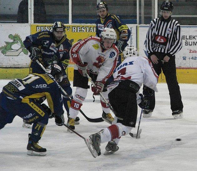 Žďárský útočník Pavel Havelka (ve světlém vlevo) se mohl proti Šumperku radovat pouze napůl. Sice vstřelil svůj první gól v této sezoně, ten však byl pouze korekcí výsledku.