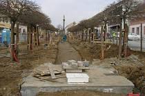 Bystřické Masarykovo náměstí je rožšířeno, nově předlážděno, v následujících několika týdnech dojde k dostavbě vodní kaskády a dokončení amfiteátru v jeho dolní části.