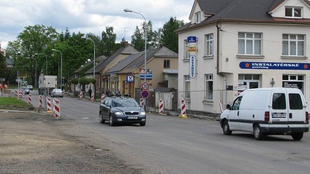 """Částečná uzavírka v ulici Jungmannova a Dolní neskončí v květnu, ale  protáhne se až do 15. července. Včera se  ještě v ulici jezdilo v """"pouťovém"""" režimu v obou jízdních pruzích. V příštích dnech bude provoz opět sveden do jednoho."""