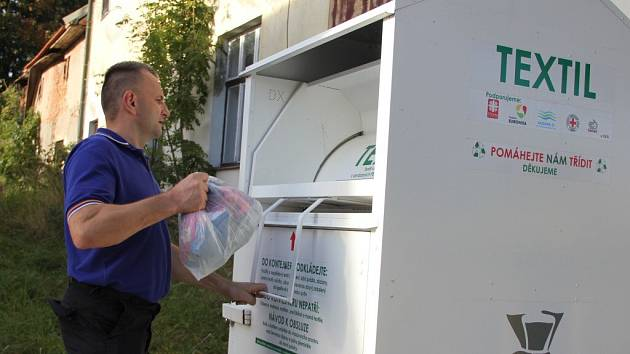 Ve Městě i v jeho místních částech mohou lidé použité šatstvo odkládat do kontejneru.
