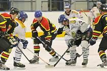 Hokejisté Velkého Meziříčí (v bílém) byli v derby proti Velké Bíteši favoritem. Jenže svěřenci kouče Romana Vondráčka zahodili především v první třetině několik tutovek a nakonec prohráli po samostatných nájezdech.