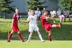 V utkání mezi rezervou Velkého Meziříčí (v červeném) a Okříškami (v bílém) se zrodil nerozhodný výsledek 1:1.