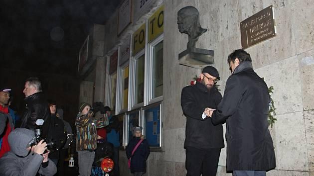Zástupci Žďáru nad Sázavou ve čtvrtek večer slavnostně odhalili desku připomínající Den boje za svobodu a demokracii.