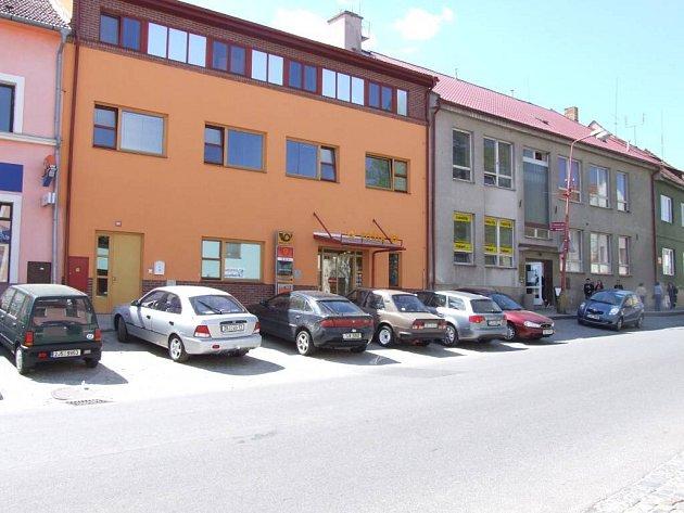 V blízkosti nové pošty na Masarykově náměstí v Bystřici nad Pernštejnem schází řidičům větší prostor pro parkování.