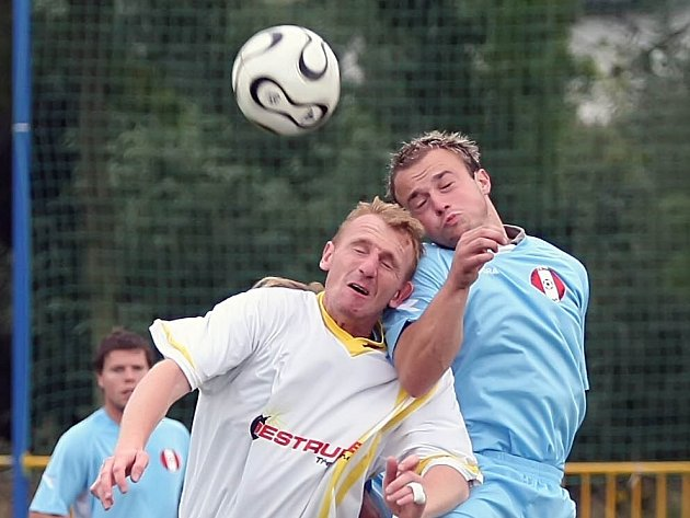 Na fotbalisty Velké Bíteše čeká zápas v Jaroměřicích (ve světlém). Nová Ves zase přivítá nevyzpytatelné Jemnicko (vpravo).