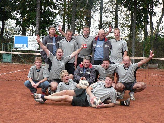 Unavení, ale šťastní. Nohejbalisté Žďáru v napínavé kvalifikaci vybojovali druhou ligu, z níž před rokem spadli do krajského přeboru.