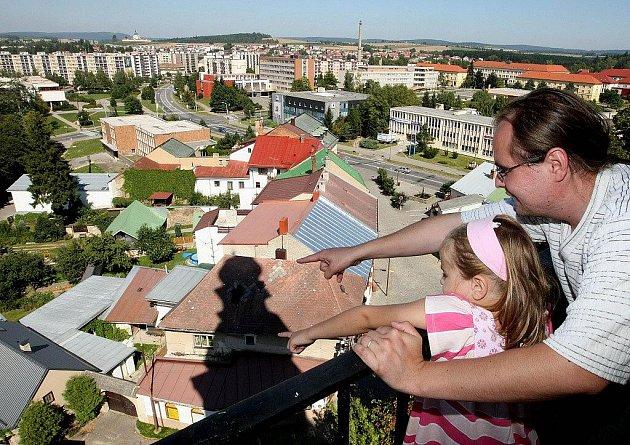 V sobotu 14. května budou mít dospělí i děti možnost vystoupat po schodech věže kostela svatého Prokopa až na její ochoz a spatřit Žďár z výšky 35 metrů.