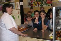 Ve žďárské škole Švermova vedou párky v rohlíku. O velké přestávce se jich včera prodalo čtyřicet.