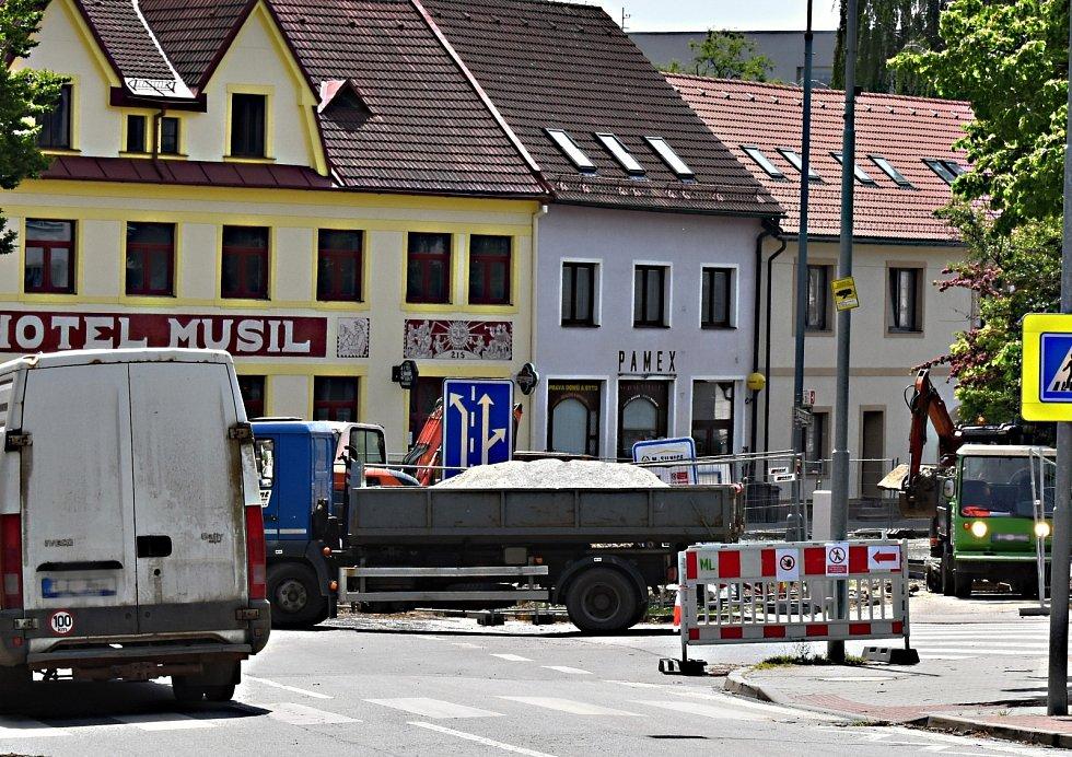 Dopravní situaci v Novém Městě na Moravě komplikuje výstavba nové okružní křižovatky, která propojí ulice Masarykova, Soškova a Křičkova.