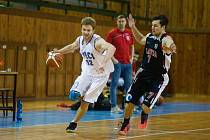 Také do chodu basketbalového oddílu ve Žďáře nad Sázavou (v bílém) se nepříznivě promítla pandemie covidu-19.