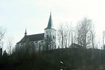 Kostel svatého Šimona a Judy je dominantou Strážku.