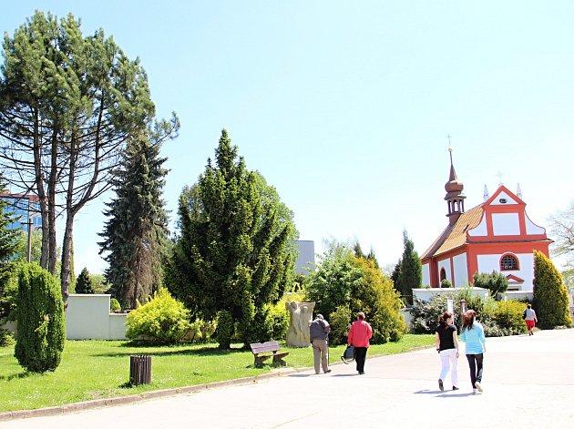 Jednou z vytipovaných lokalit, kterých se dotkne plánovaná revitalizace městské zeleně, je širší okolí jídelny Vesna a hřbitova kolem kostela Nejsvětější Trojice. Foto: Deník/Lenka Mašová