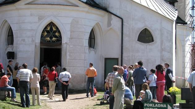 Davy lidí se vypravily na Zelenou horu, kde jsou po celý den slouženy poutní mše v kostele svatého Jana Nepomuckého.