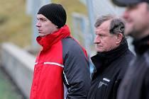 Bystřický trenér Martin Maša (vlevo) musel v přípravném zápase v Humpolci skousnout pětigólovou porážku. V zimě se zatím jeho týmu výsledkově nedaří.
