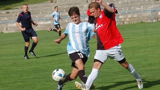 Fotbalisté Košetic (v modro-bílých dresech) v sobotu před vlastními fanoušky přivítají vedoucí celek krajského přeboru z Humpolce (v červeno-černém).