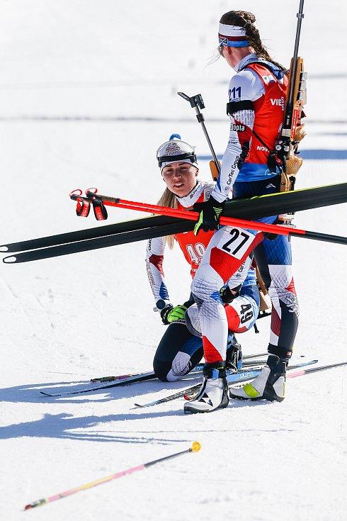 Eva Puskarčiková a Jessica Jislová po stíhacím závodu žen na 10 km.