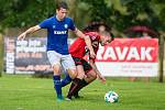 Fotbalisté Žďáru (v modrých dresech) v sobotu zdolali Bystřici těsně 1:0.