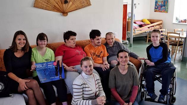 Parta pěti kamarádek z Bobrové loni vybrala 5 200 korun, za které nakoupila granule, misky a pamlsky pro pejsky z Polné a Žďáru nad Sázavou. Letos se zaměří na pomoc lidem v denním stacionáři Rosa v Bystřici nad Pernštejnem.