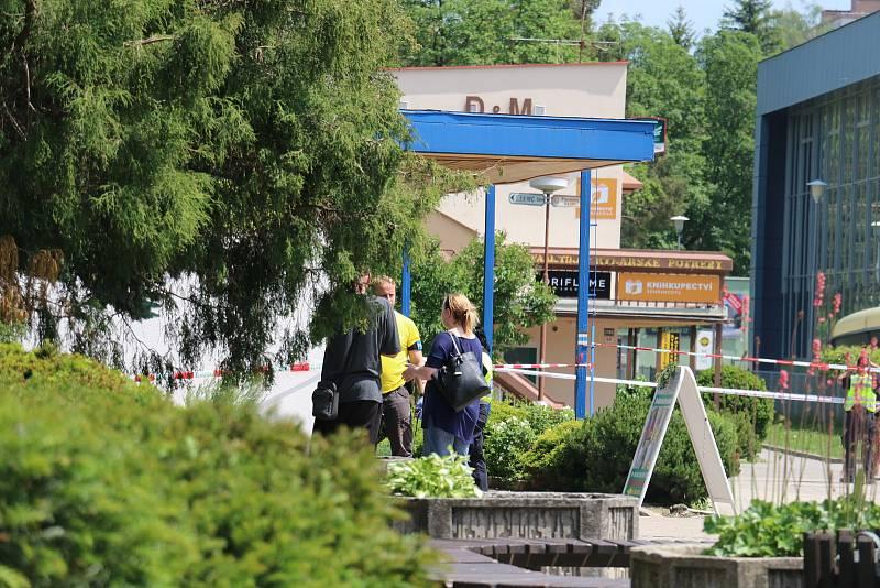 V úterý ráno obsadili a neprodyšně uzavřeli centrum Žďáru nad Sázavou policisté.
