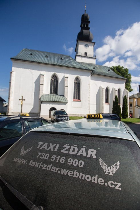 Rozloučení se zavražděnou ženou ve Žďáru nad Sázavou.