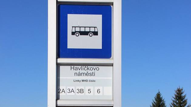 """Zastávky MHD byly doplněny o QR kódy, pomocí nichž a mobilních telefonů cestující zjistí, kdy """"jejich"""" autobus dorazí."""