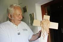 Zdeněk Beran, aktivní (skoro)osmdesátník se své zálibě věnuje s elánem už dvacet let. K řezbářství se dostal až v důchodovém věku.