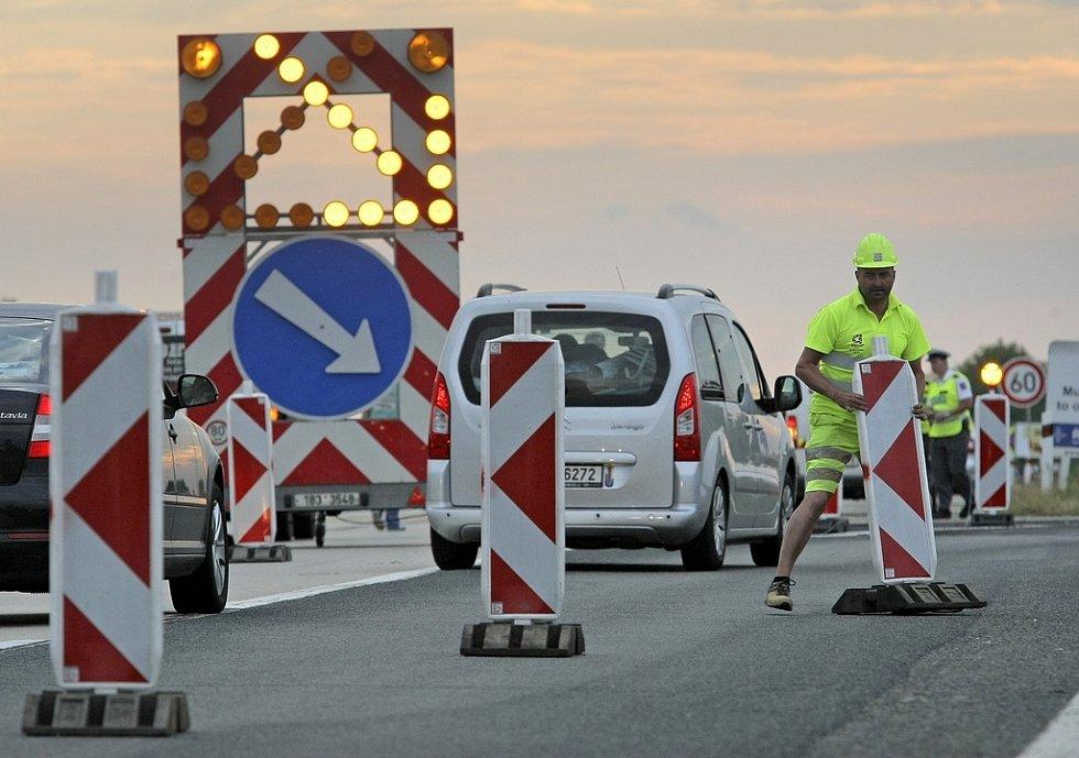 Demolici předcházela nutná uzavírka dálnice D1. Doprava byla odkloněna na objízdnou trasu ve 20   hodin s předpokládaným obnovením provozu kolem desáté hodiny dopolední.
