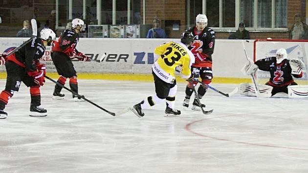 Na úvod další druholigové sezony pokřtili hokejisté Žďáru (v tmavém) vítězně své nové dresy. Ve středu doma zdolali Moravské Budějovice 4:2.