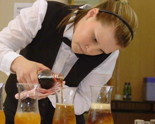 Míchání nápojů patří mezi vyhledáváné disciplíny i mezi diváky.