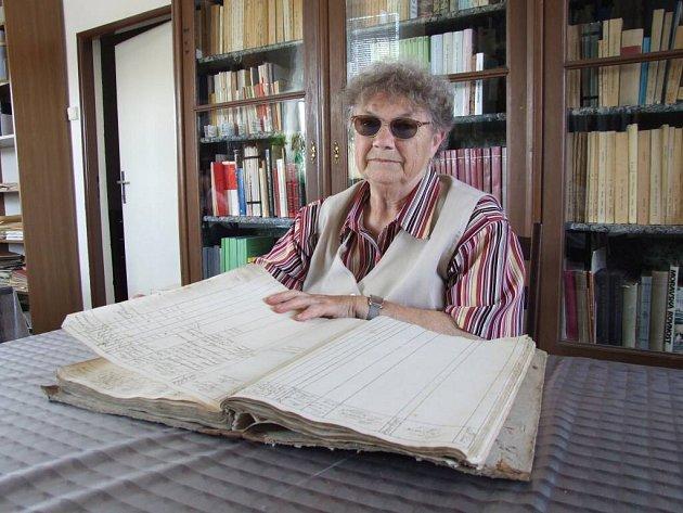 Jedenasedmdesátiletá důchodkyně Alena Hintnausová sepisuje dějiny Radostína od roku 1994. Díky jejím ručním zápisům z kroniky dýchá historie.