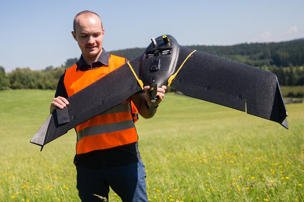 Dron s kamerou dne 13. srpna 2020 snímkoval lesy v okolí Vysočina arény a pomáhal tak v odhalení stromů napadených kůrovcem.