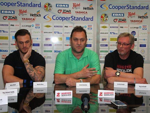 Na tiskové konferenci Plameny hodnotily uplynulou sezonu. Z kapitána áčka Martina Plevy a trenéra Michala Konečného (zleva) ještě nevyprchal smutek z vyřazení Havlíčkovým Brodem.