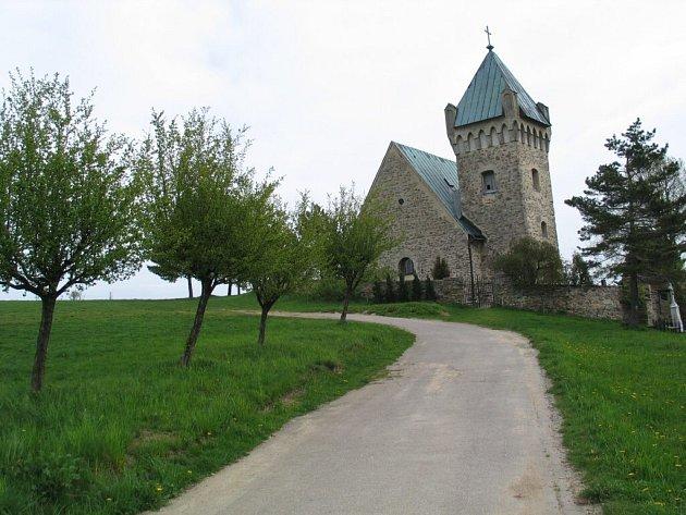 Opevněný gotický kostelík je zasvěcený svatému Michaelovi