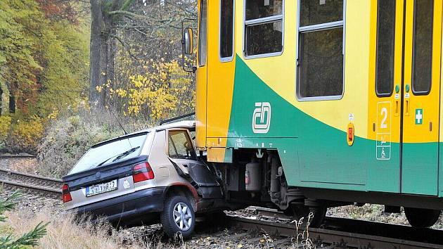 U Brna se srazil vlak s autem. Silnice je neprůjezdná