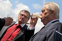 Prezidenta Miloše Zemana čekalo v Nové Vsi u Nového Města na Moravě netradiční přivítání. Připil si sklenicí čerstvého mléka.